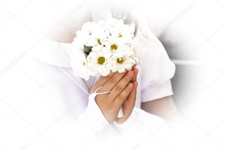 Dziecko idące do komuni świętej trzyma kwiaty w rękach złożonych do modlitwy
