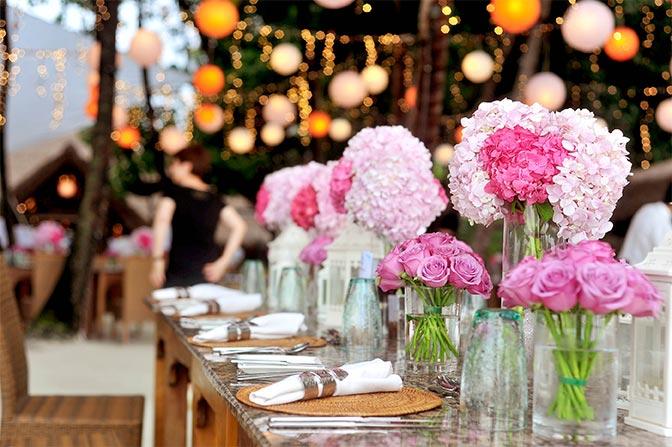 Zastawiony stół weselny na przyjęcie